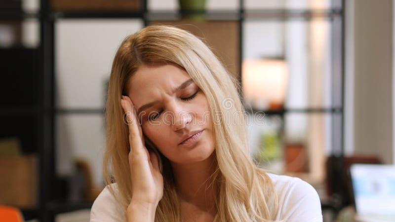 Huvudvärk frustration på arbete, hem, flicka royaltyfri bild