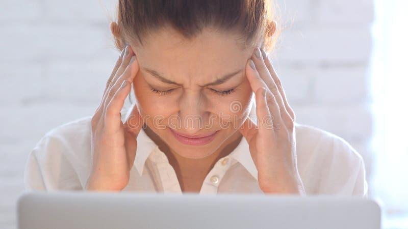 Huvudvärk frustrerad kvinna, slut upp royaltyfri fotografi
