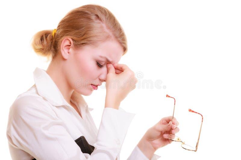 Huvudvärk Kvinnalidande från huvudet smärtar isolerat royaltyfria foton