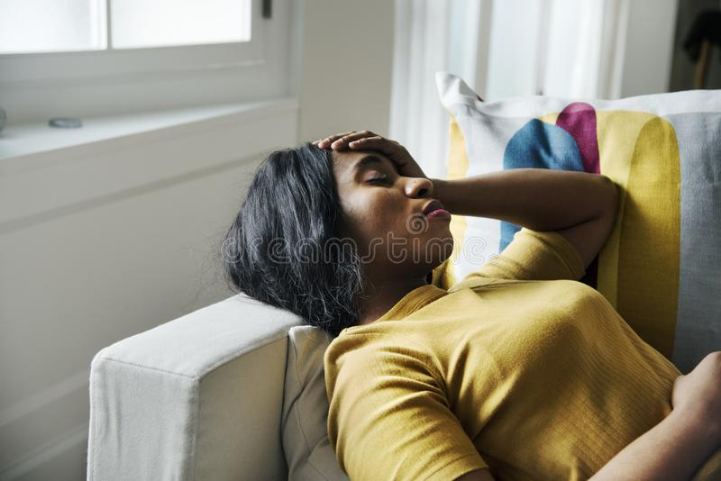 Huvudvärk och sova för svart kvinna royaltyfri fotografi