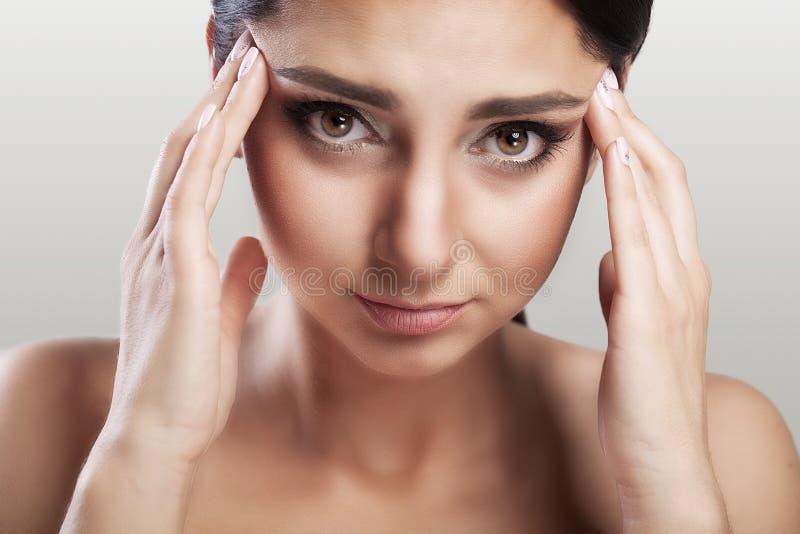 Huvudvärk och spänning Den härliga unga kvinnan som känner det starka huvudet, smärtar Stående av trött stressat kvinnligt lidand arkivfoton