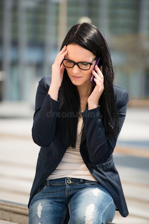 Huvudvärk - på telefonen royaltyfri foto