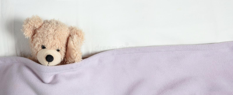Huvudvärk sömnlöshet Gullig nalle i säng som rymmer hans huvud, baner, kopieringsutrymme arkivbilder
