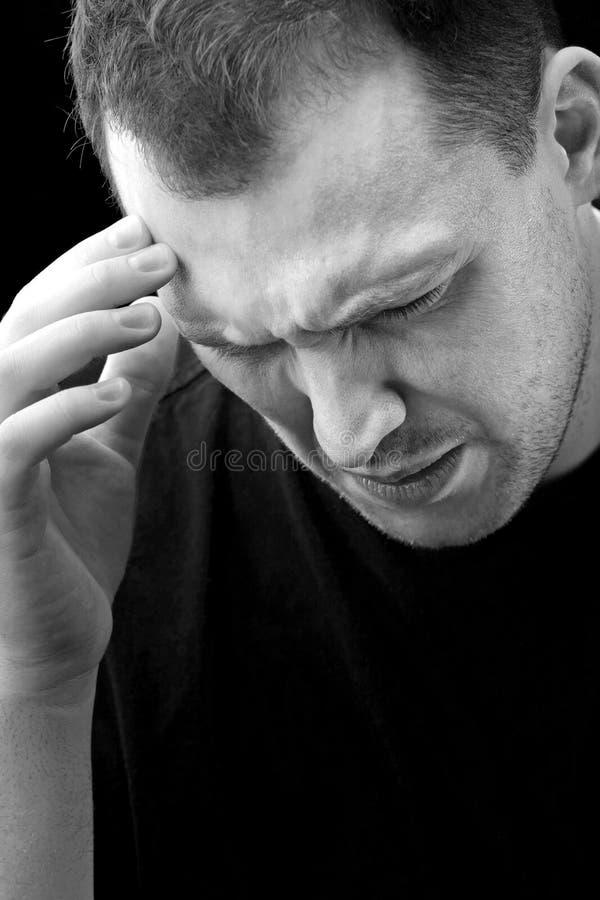 huvudvärkmanmigränen smärtar arkivfoto