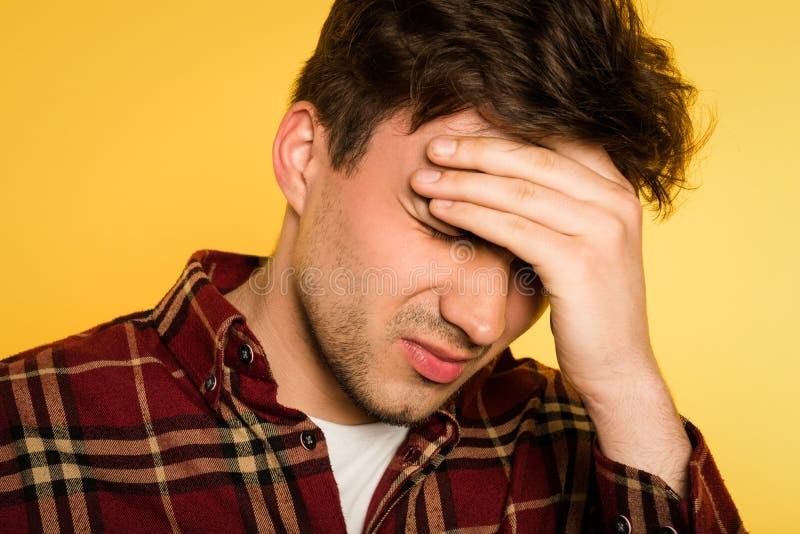 Huvudvärkmigränmannen smärtar kopplinghuvudobehag arkivfoton