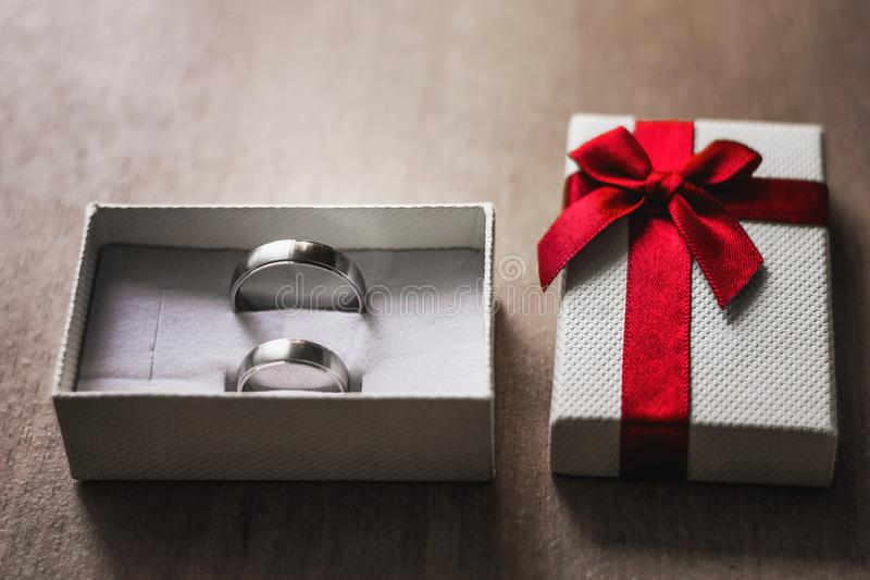 Huw me Concept Witte doos met twee verlovingsringen stock foto