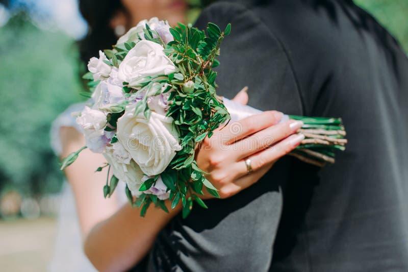 Huw me vandaag en elke dag, handen van een huwelijks Kaukasisch paar stock afbeeldingen