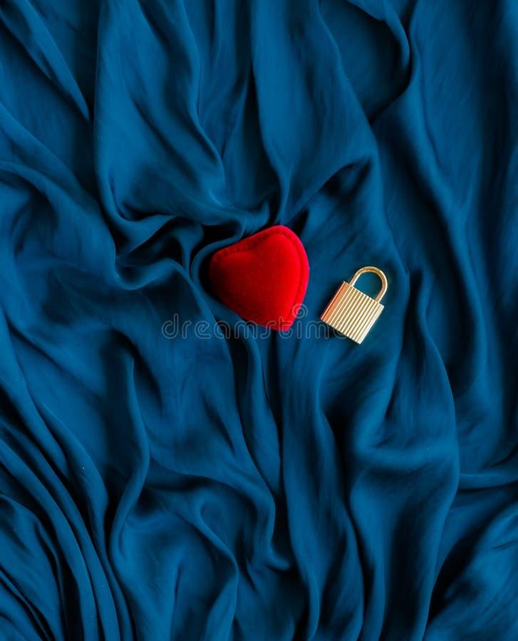 huw me, verlovingsringdoos - de dag van de gelukkige valentijnskaart, gift voor haar, vakantieachtergrond, juwelen en toebehoren  stock foto