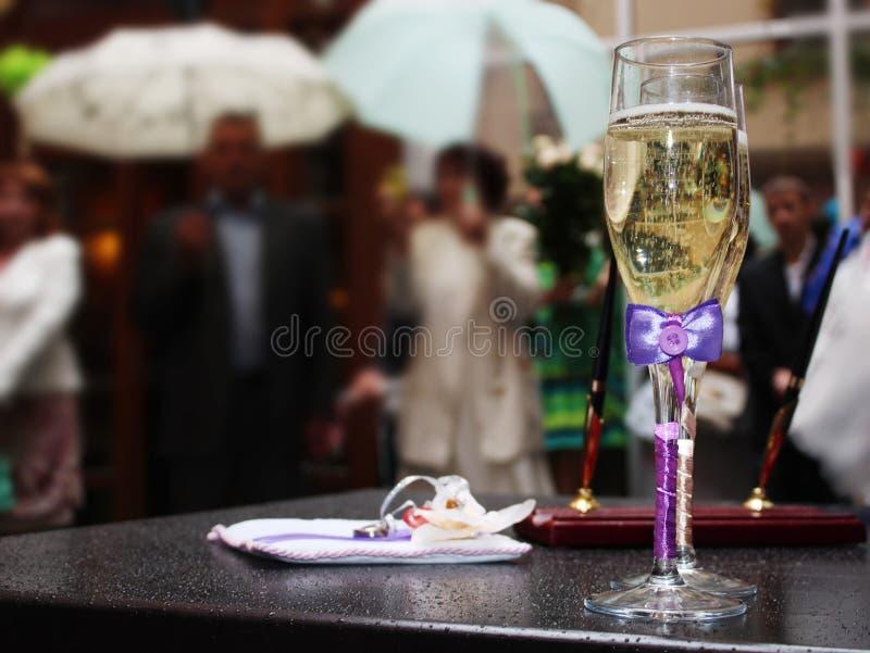 Huwelijk. Champagne. Verplichtingen. royalty-vrije stock afbeeldingen
