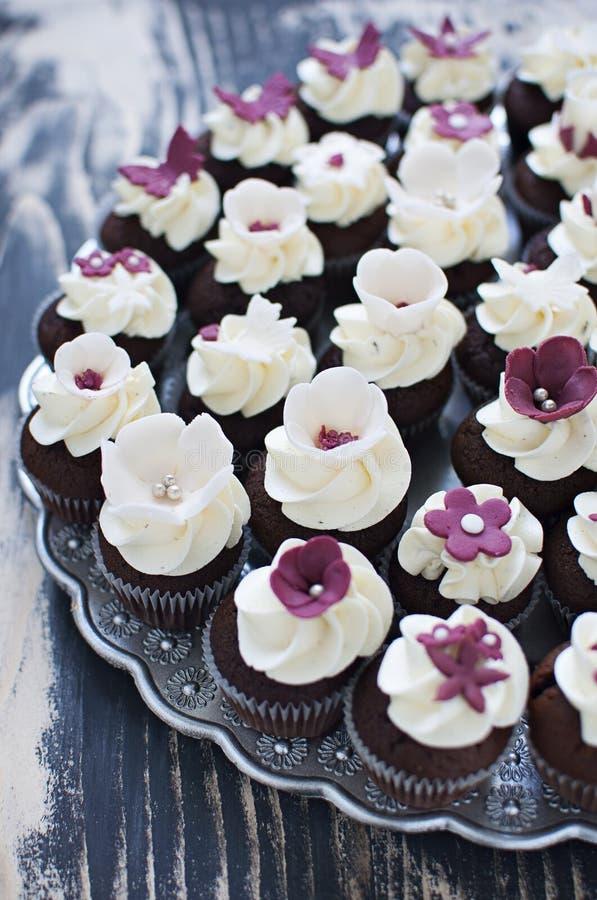 Huwelijk cupcakes met de decoratie van de fondantjebloem stock foto's