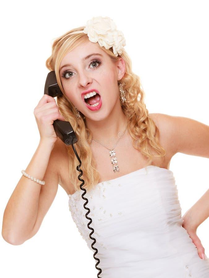 Huwelijk De boze bruid die van de vrouwenwoede op telefoon spreken royalty-vrije stock afbeeldingen