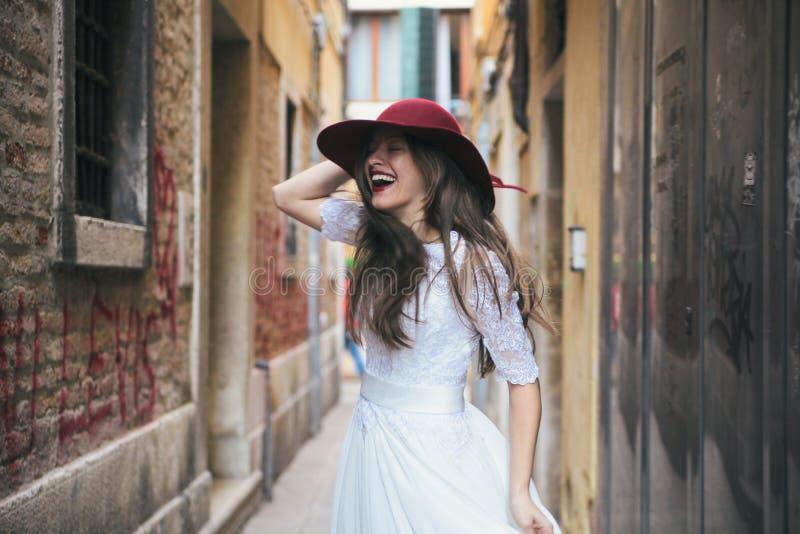 Huwelijk De jonge Europese bruid loopt in Venetië Italië royalty-vrije stock afbeelding