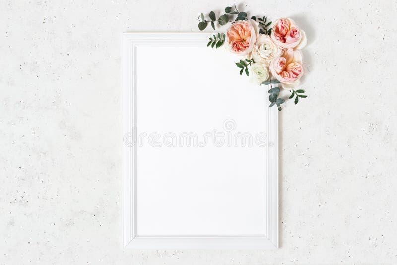 Huwelijk, de scène van het de raadsprototype van het verjaardagsteken Verticaal wit houten kader Decoratieve bloemenhoek Eucalypt stock fotografie