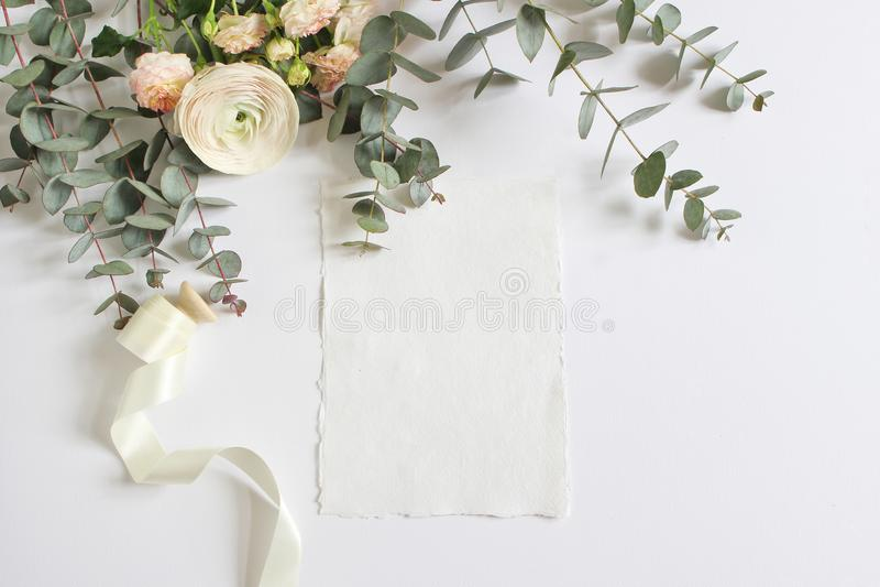 Huwelijk, de scène van het verjaardagsmodel met bloemenboeket van Perzische boterbloem, Ranunculus bloem, roze rozen, eucalyptus royalty-vrije stock foto