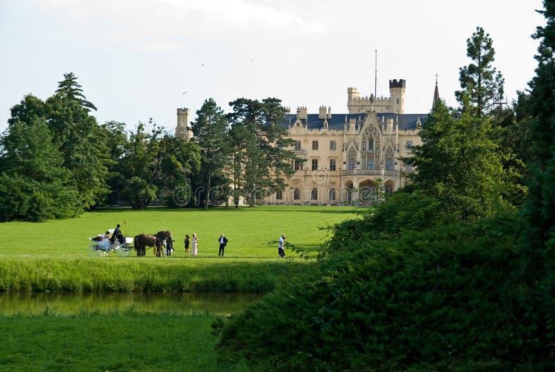 Huwelijk dichtbij kasteel royalty-vrije stock afbeelding