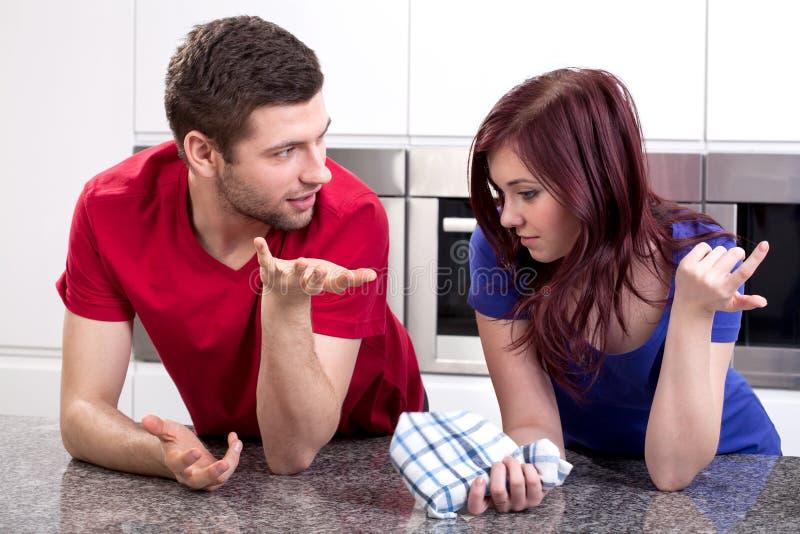 Huwelijk die in keuken spreken stock foto's