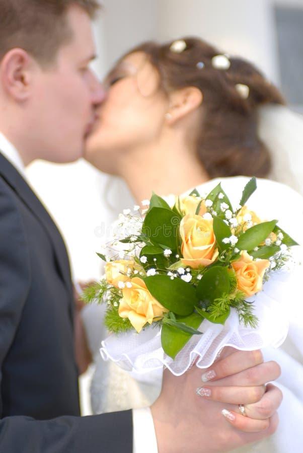 Huwelijk. Eerste kus stock afbeelding