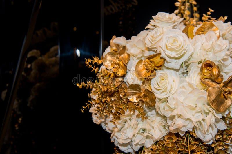 Huwelijk en de vertonings rode boog van de partijdecoratie, boeket, bloemmand, bloemen, kaars, enz. royalty-vrije stock fotografie