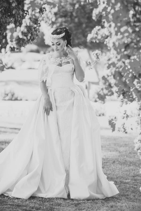Huwelijk en gelukconcept Vrouwenbruid in mooie huwelijkskleding royalty-vrije stock foto's