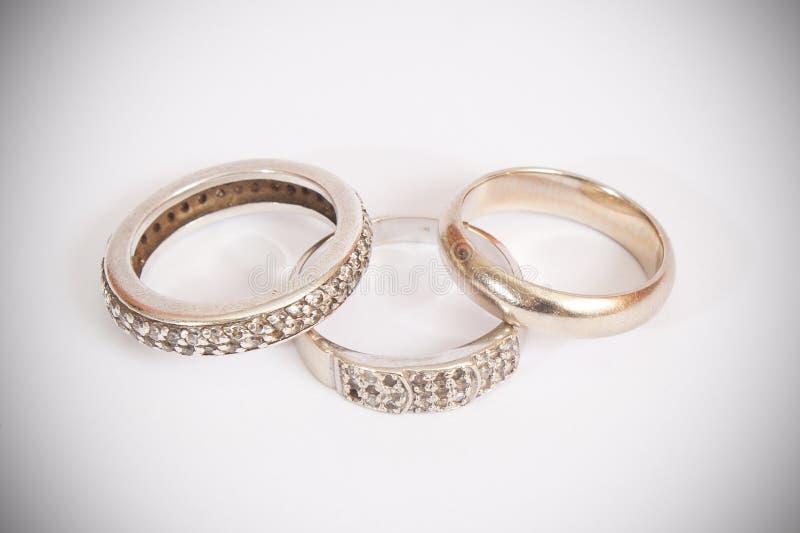 Huwelijk en verlovingsringen stock fotografie