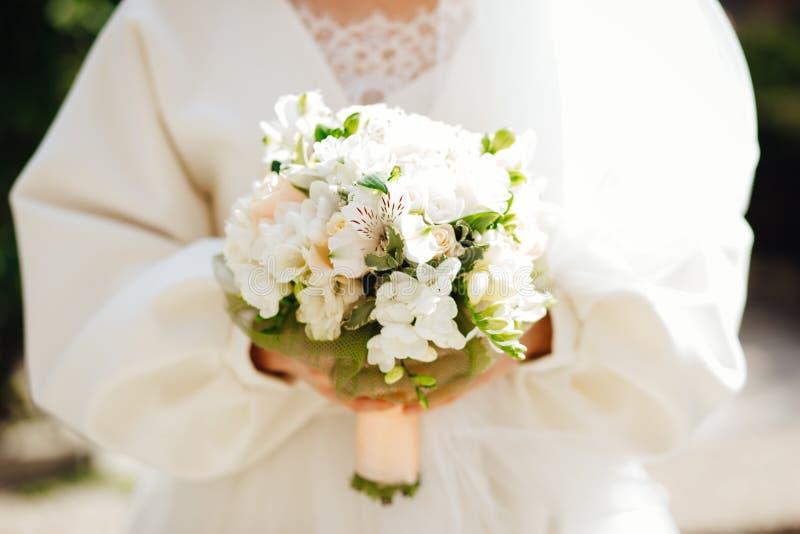 Huwelijk floristry in de handen van de bruid royalty-vrije stock afbeeldingen