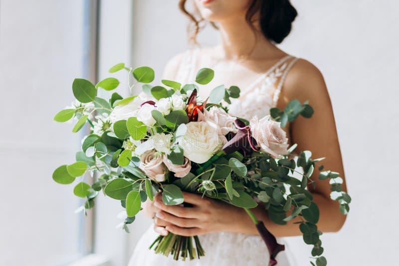 Huwelijk floristry in de handen van de bruid stock fotografie