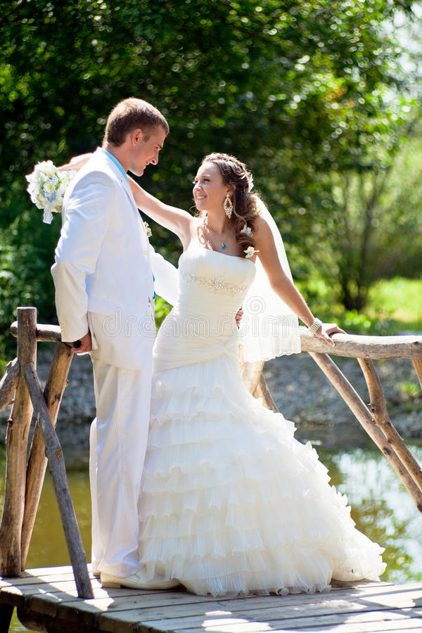 Huwelijk - gelukkige bruid en bruidegom royalty-vrije stock fotografie