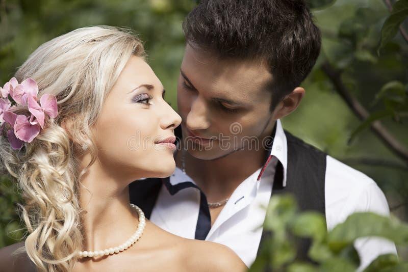 Huwelijk, gelukkige jonge man en vrouw het vieren stock foto's