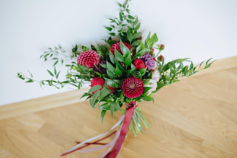 Huwelijk Het bruid` s boeket Rustiek boeket van de bloemen van Bourgondië en van de eucalyptus stock foto