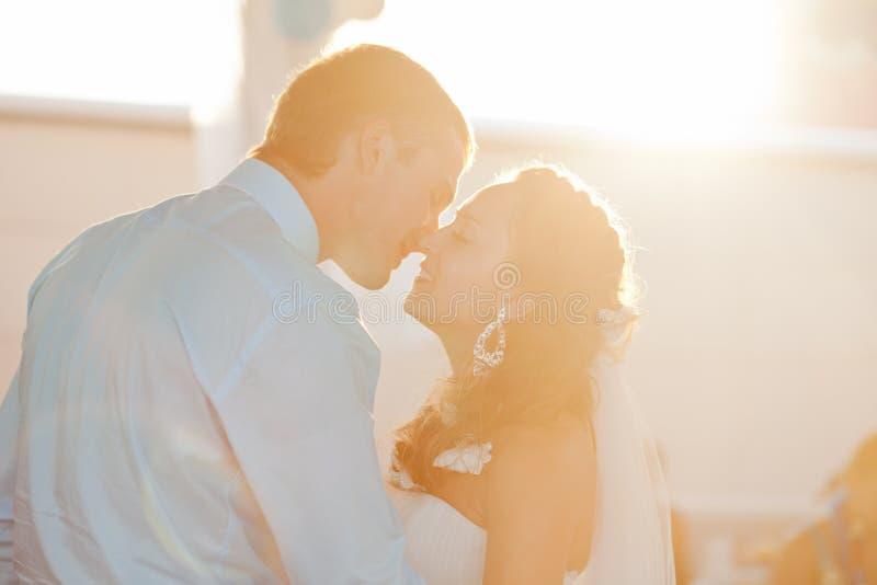 Huwelijk - het gelukkige bruid en bruidegom kussen stock foto