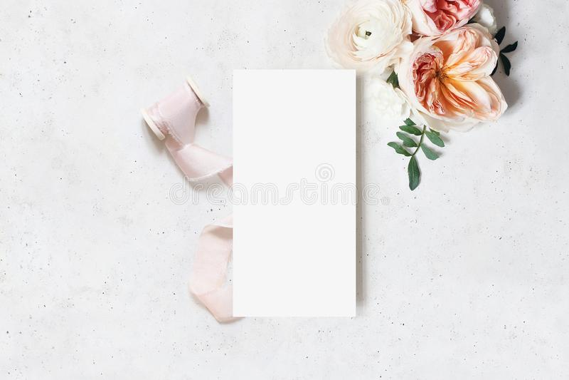 Huwelijk, het prototypescène van de verjaardagskantoorbehoeften Lege menukaart Decoratief bloemenhoek en lint Groene bladeren, ro royalty-vrije stock fotografie