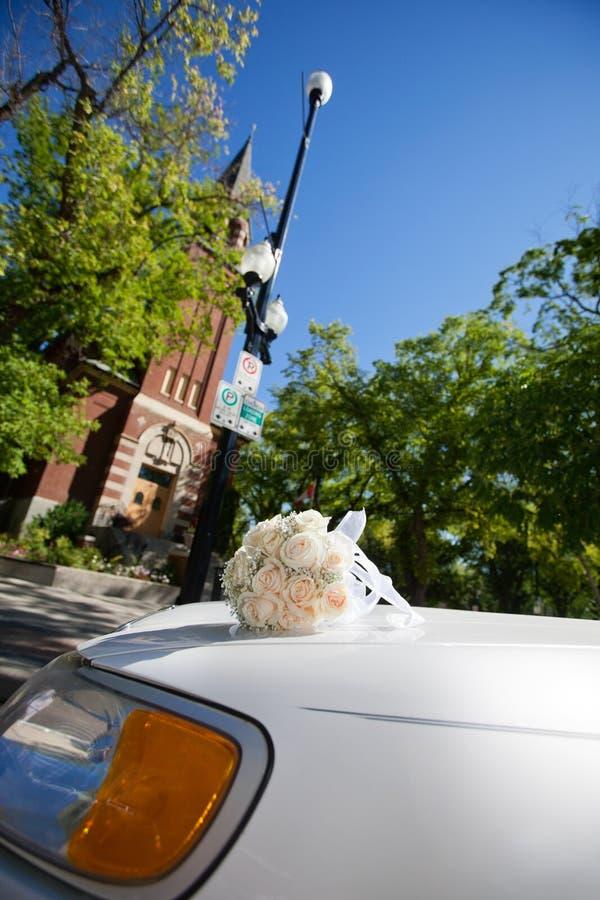 Huwelijk Limo door Kerk royalty-vrije stock foto's
