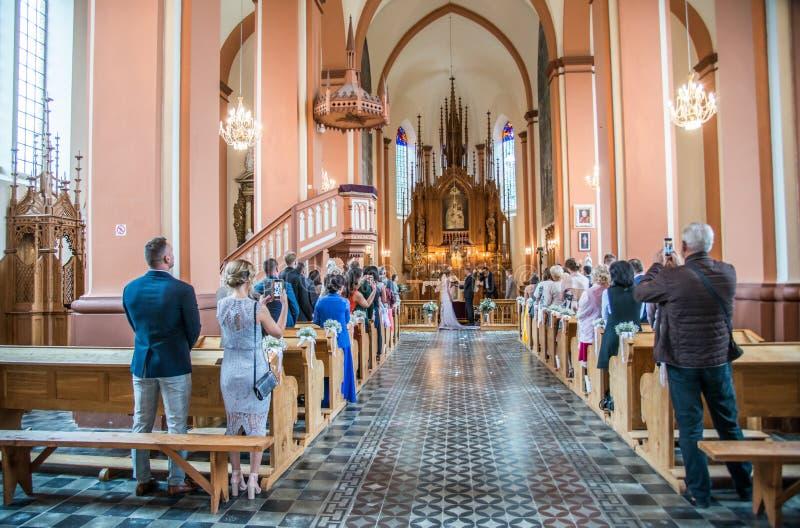 Huwelijk in Litouwse kerk stock fotografie