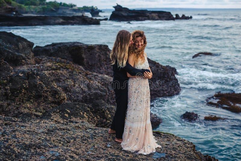 Huwelijk lovestory, enkel echtpaar dichtbij de oceaan bij zonsondergang royalty-vrije stock foto's