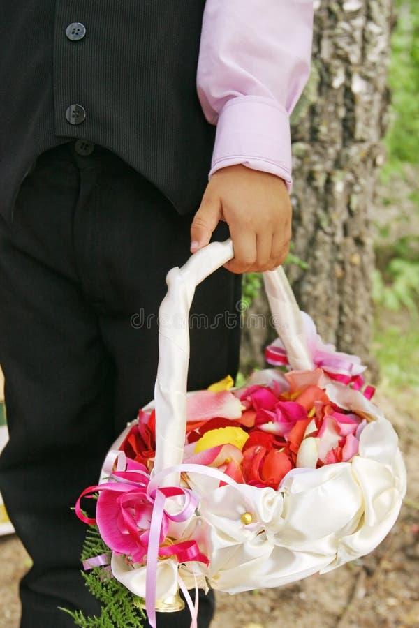 Huwelijk, mand van bloemblaadjes en jongen stock foto's
