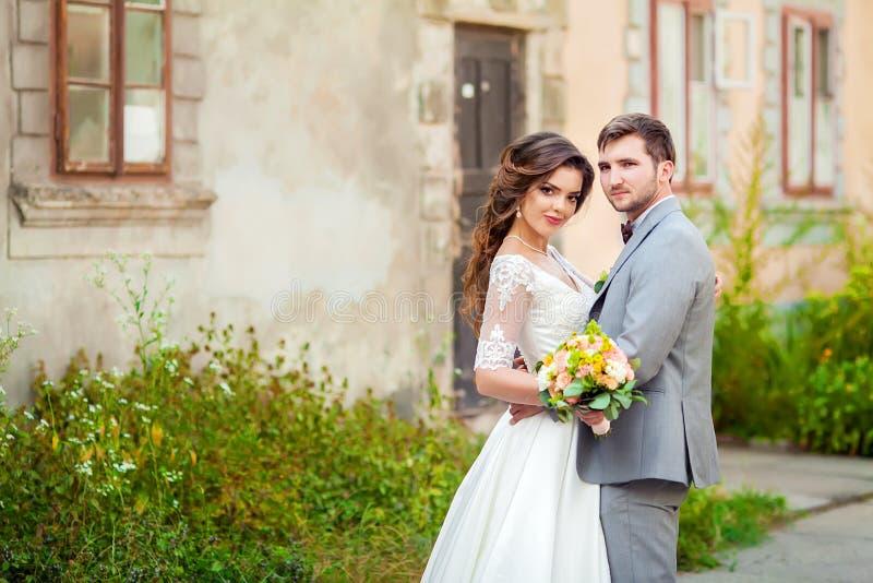 Huwelijk: mooie bruid en bruidegom in het park op een zonnige dag royalty-vrije stock foto