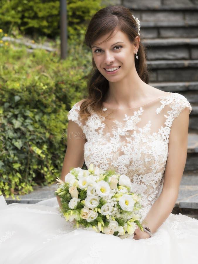 Huwelijk, mooie jonge bruid met boeket stock foto