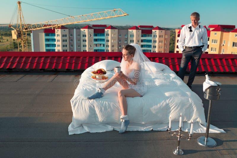 Huwelijk op dak wordt geschoten dat royalty-vrije stock foto's