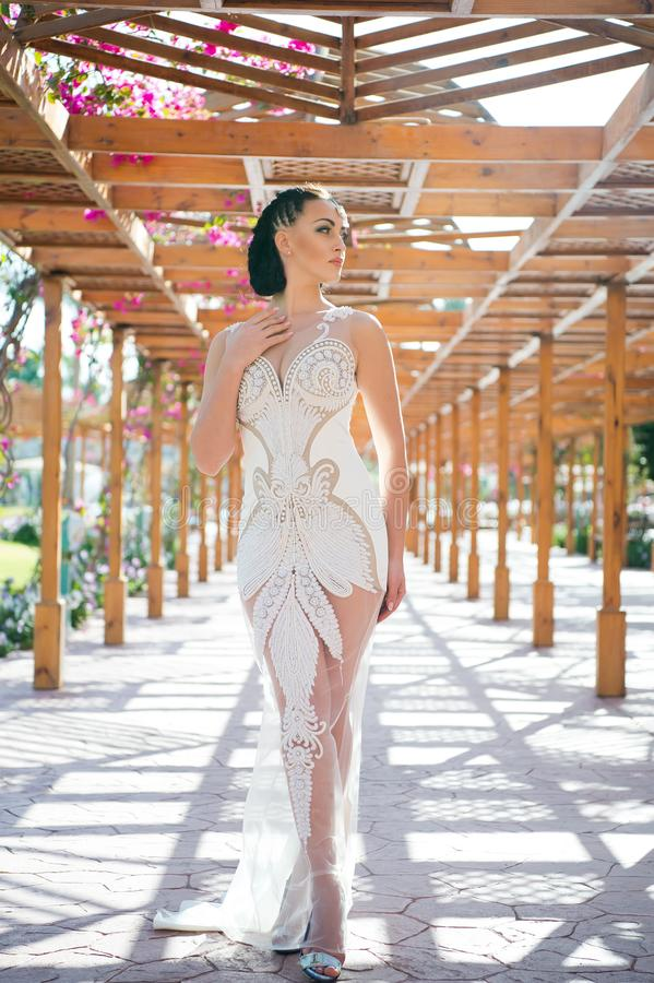 Huwelijk van sexy vrouw in witte kleding met parelparels Vrouw met juwelendiadeem op donkerbruin haar Bruid met make-upgezicht sc stock fotografie