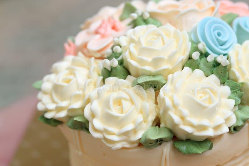 Huwelijk of verjaardagscake met bloemen wordt van room worden gemaakt verfraaid die royalty-vrije stock foto's
