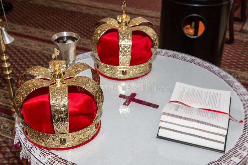 Huwelijks gouden kronen en miskelk stock fotografie