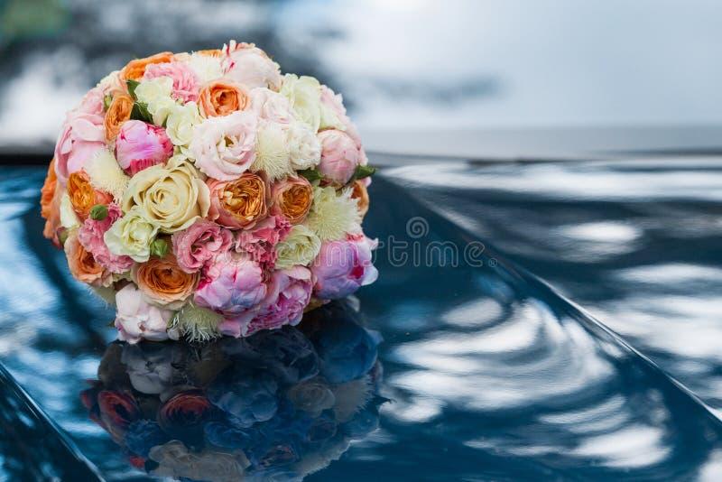 Huwelijks mooi bruids boeket van natuurlijke bloemen, close-up met vage achtergrond royalty-vrije stock foto
