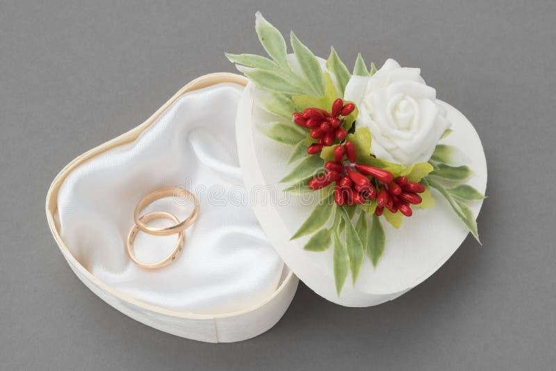 Huwelijks overladen die doos voor Ringen met rozen en bessen worden verfraaid royalty-vrije stock foto's