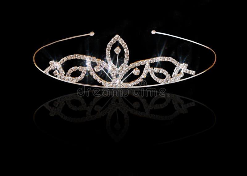 Huwelijks uitstekende die kroon van bruid, op zwarte wordt geïsoleerd stock afbeeldingen