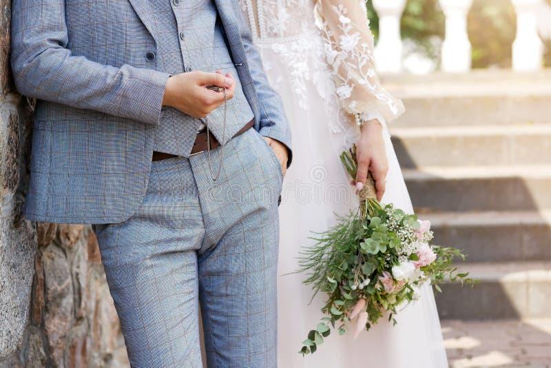 Huwelijksachtergrond, bruid en bruidegom in modieuze kleren stock afbeelding