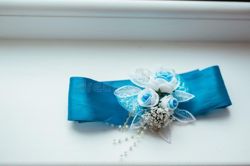 Huwelijksachtergrond met blauwe bruids kouseband op royalty-vrije stock foto's