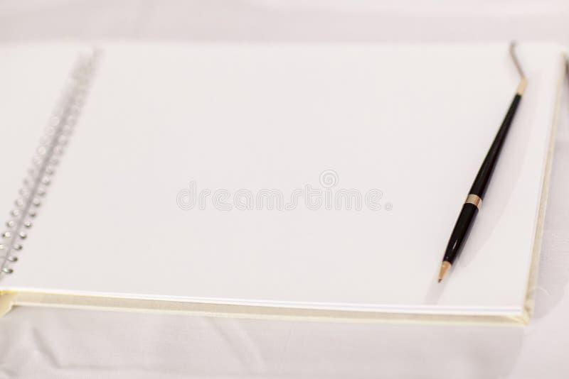 Huwelijksalbum, blanco pagina, gastlijst, om liststill het concept van de het levensfotografie door geheugen en notitieboekje te  stock afbeeldingen