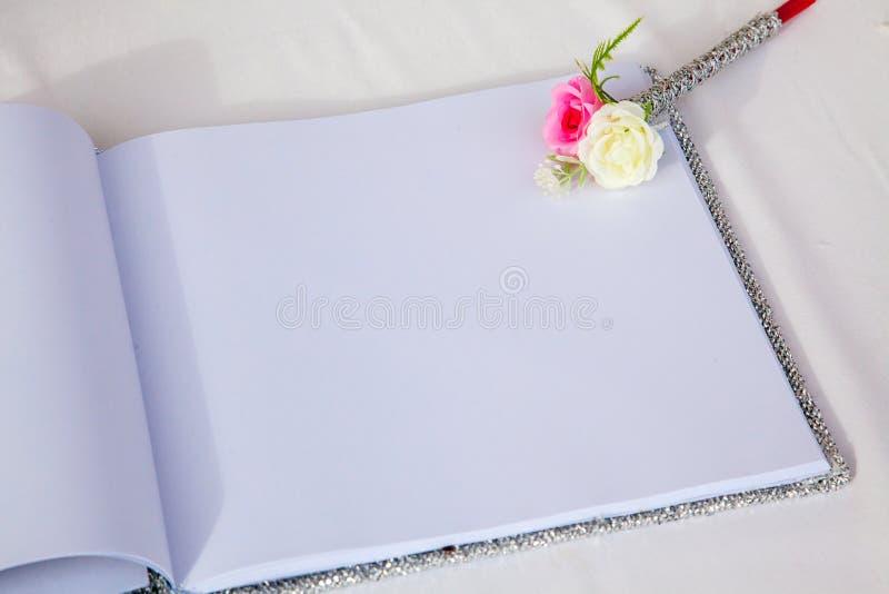 Huwelijksalbum, blanco pagina, gastlijst, om liststill het concept van de het levensfotografie door geheugen en notitieboekje te  royalty-vrije stock afbeeldingen