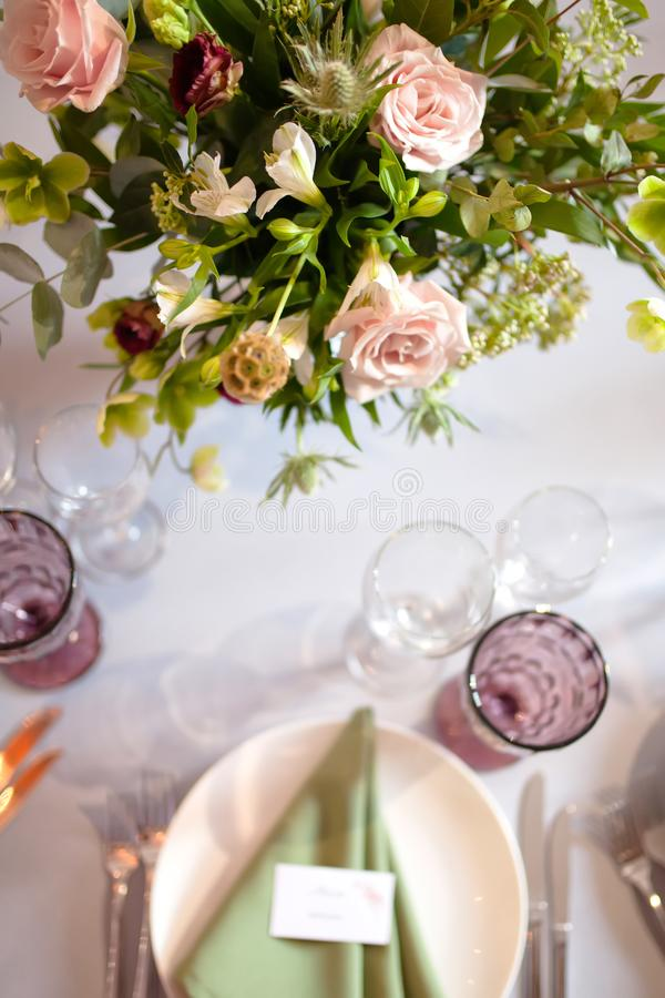 Huwelijksbanket, gediende lijsten met bloemen en veel groen stock foto