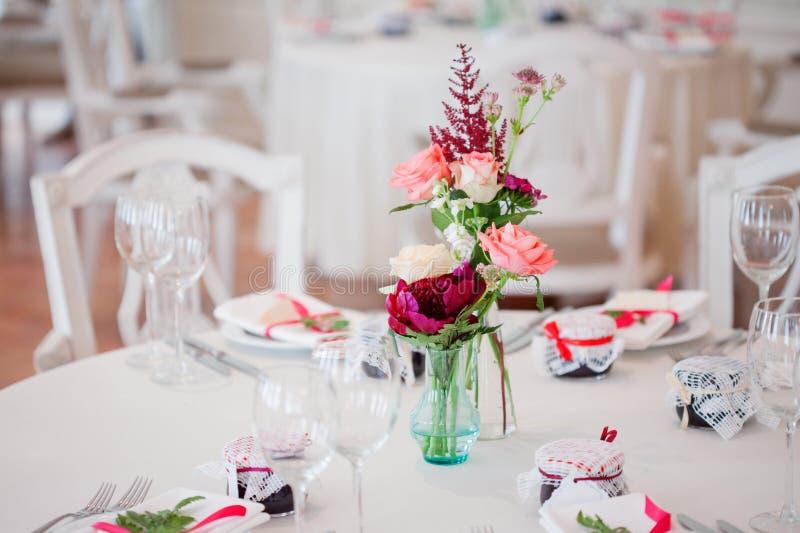 Huwelijksbanket, klein restaurant Bloemendecor in rode, informele stijl royalty-vrije stock fotografie